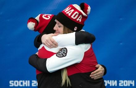 Kaillie Humphries et Heather Moyse à la cérémonie de remise de médailles de bobsleigh à Sotchi.
