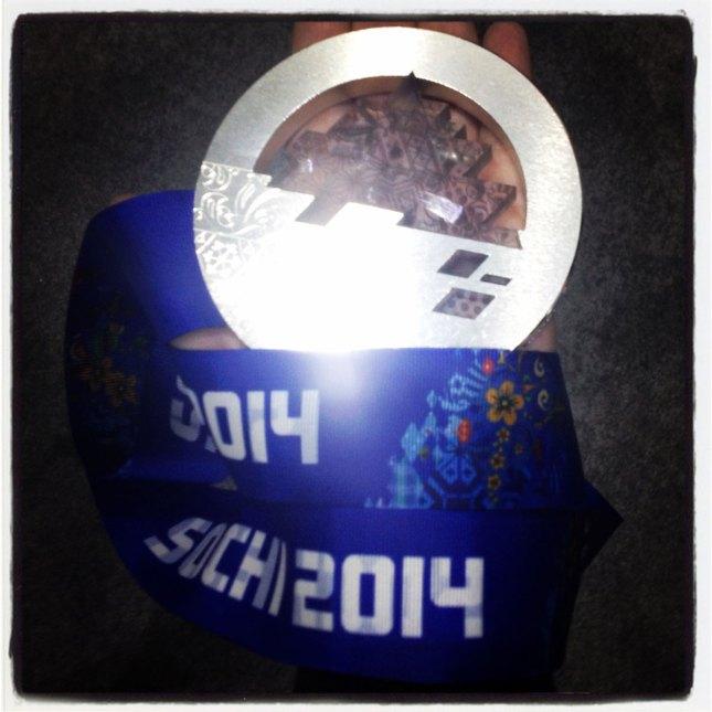 La recherchiste du Olympique.ca, Paula Nichols, tient la médaille d'argent de Denny Morrison.