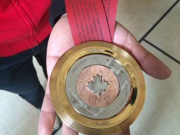 La médaile #MerciGilmore est faite d'or, d'argent et de noeuds d'érable, avec une feuille d'érable en argent imprimée en 3D.