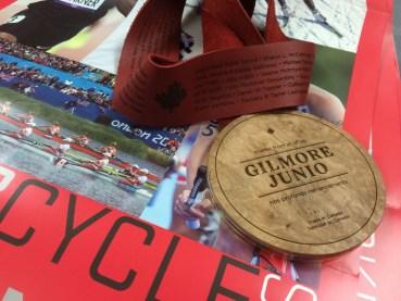La médaille #MerciGilmore, pour remercier Gilmore Junio d'avoir cédé sa place à Denny Morrison pour la finale du 1000 m.