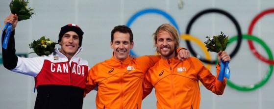 Morrison sur le podium du 1000 mètres après avoir mis la main sur la médaille d'argent.