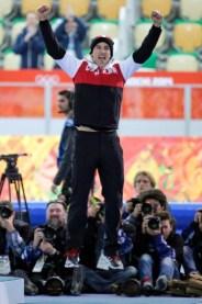Denny Morrison saute de joie avant la remise des médailles, après avoir gagné l'argent au 1000 m à Sotchi.