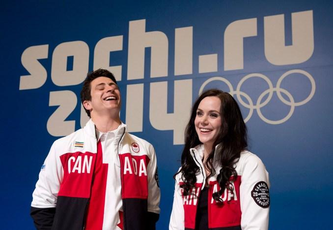 Tessa Virtue et Scott Moir célèbrent leur médaille d'argent. (Sotchi)