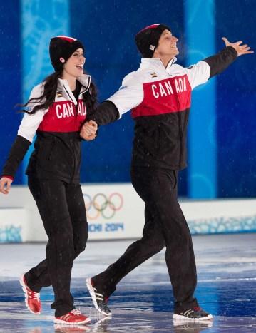 Tessa Virtue et Scott Moir à la cérémonie de remise de médailles de danse sur glace à Sotchi.