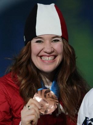 Clara Hughes montre sa médaille de bronze