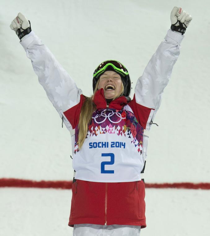 Justine Dufour-Lapointe célèbre sa victoire en bosses à Sotchi2014