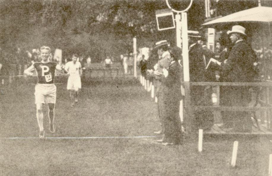 George Orton passe le fil d'arrivé aux Jeux olympiques de Paris 1900