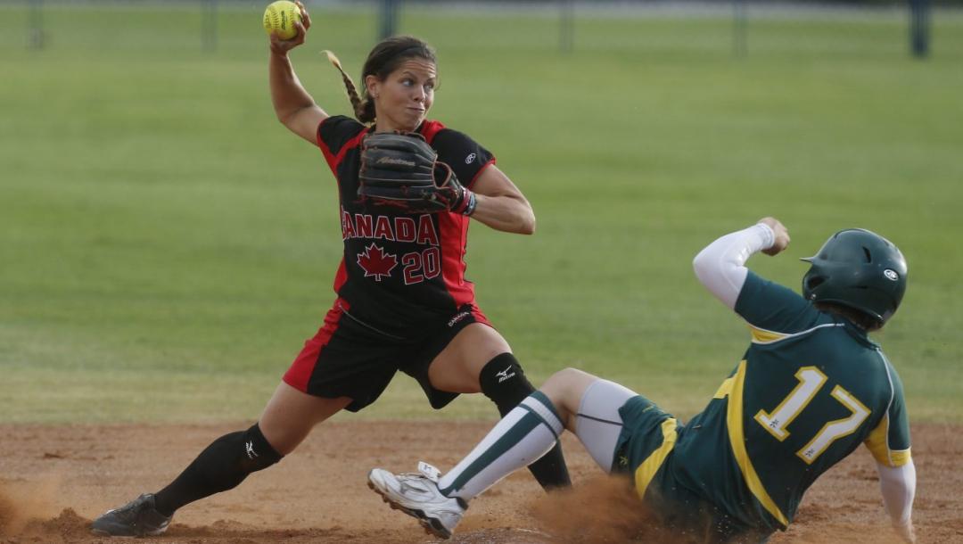 Joueuse de softball qui s'apprête à lancer la balle