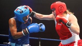 Deux boxeuses se frappent au visage