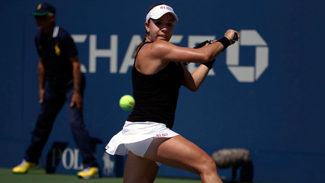 Une joueuse de tennis frappe la balle