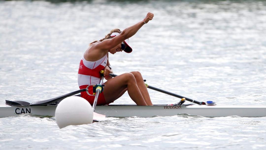 Une athlète d'aviron célèbre la fin de sa course