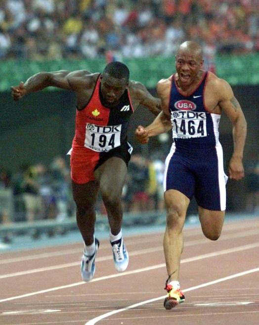 Bruny Surin (à gauche) termine derrière l'Américain Maurice Greene (à droite) en finale du 100 m aux Championnats du monde d'athlétisme à Séville, le 22 août 1999. (AP Photo/Michael Probst)