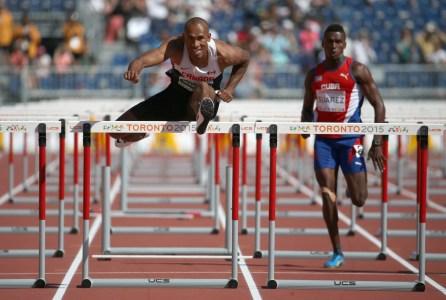 Damian Warner excelle particulièrement en course à la haie dans l'épreuve du décathlon.