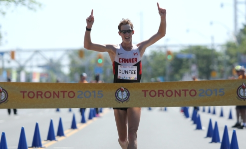 Evan Dunfee l'épreuve du 20 km de marche rapide aux Jeux Panaméricains sous une chaleur étouffante (photo COC de Greg Kolz).