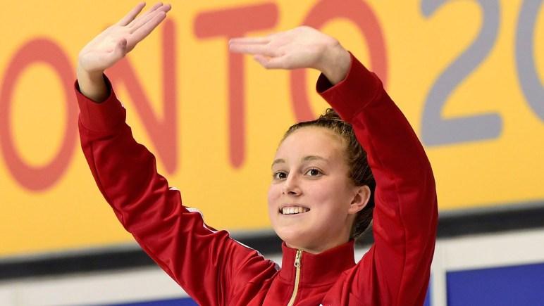 Emily Overholt salue la foule.