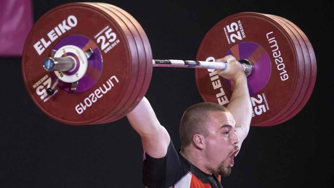 Un athlète d'haltérophilie en action