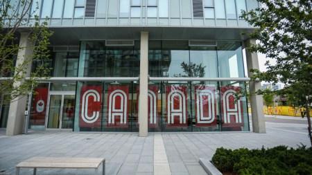 La fierté canadienne s'affiche au village (photo: Alexa Fernando)