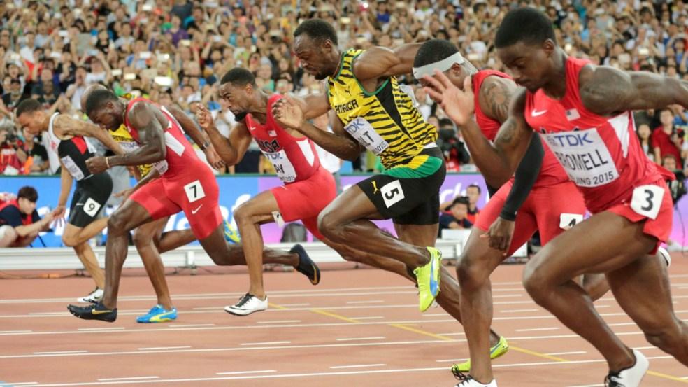 Andre De Grasse (dans le coin extérieur gauche) se penche pour capturer le bronze alors que Usain Bolt (5) et Justin Gatlin (7) se battent pour l'or et l'argent dans les derniers moments de la finale du 100 m aux Championnats du monde d'athlétisme de l'IAAF à Beijing en Chine le 23 août 2015.