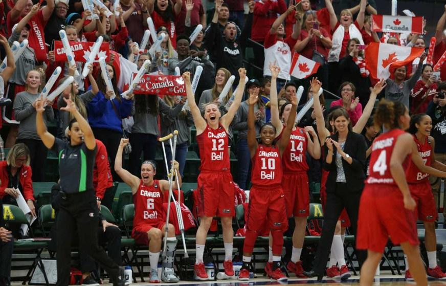 Le Canada célèbre sa victoire. (Photo: FIBA)