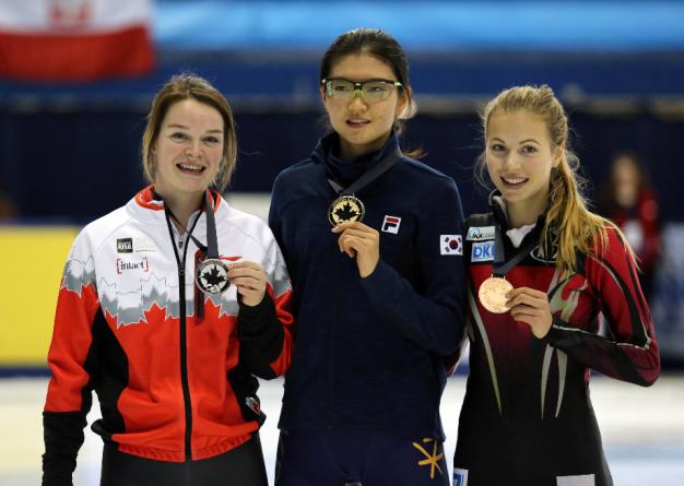 Kim Boutin (à gauche) sur le podium après avoir remporté la médaille d'argent sur 1000 m à la Coupe du monde de patinage de vitesse sur courte piste de Montréal le 31 octobre 2015. (Photo: Greg Holtz)