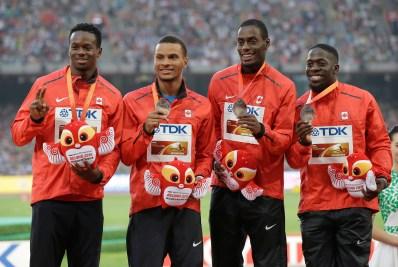 Aaron Brown, Andre De Grasse, Brendon Rodney et Justyn Warner reçoivent leur médaille de bronze aux Championnats du monde IAAF d'athlétisme à Beijing, en Chine, le 30 août 2015. (AP Photo/Kin Cheung)