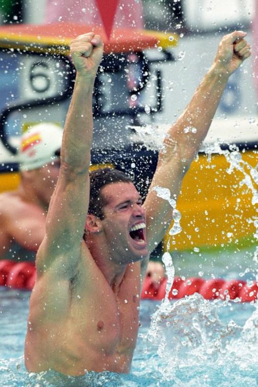 Mark Tewksbury dans la piscine, bras en l'air en célébration