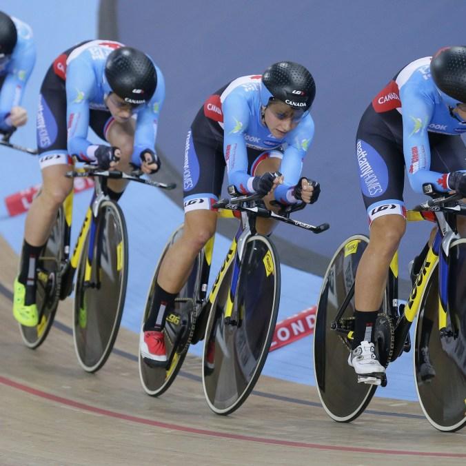 Allison Beveridge, Jasmin Glaesser, Kirsti Lay et Georgia Simmerling au premier tour de l'épreuve de poursuite par équipes féminine aux Mondiaux de cyclisme sur piste, le 4 mars 2016 à Londres. (AP Photo/Tim Ireland)