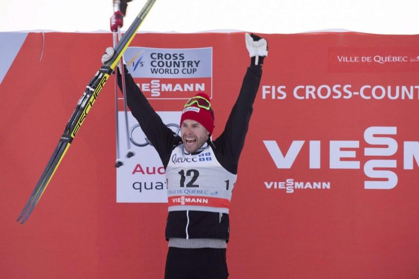 Alex Harvey célèbre sa deuxième place au sprint de 1,7 km à la troisième étape du Ski Tour Canada, à Québec, le 4 mars 2016. THE CANADIAN PRESS/Jacques Boissinot