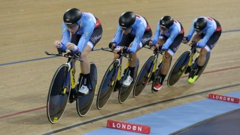 Allison Beveridge, Jasmin Glaesser, Kirsti Lay et Georgia Simmerling lors de la finale de l'épreuve de poursuite par équipes féminine aux Mondiaux de cyclisme sur piste, le 4 mars 2016 à Londres. (AP Photo/Tim Ireland)