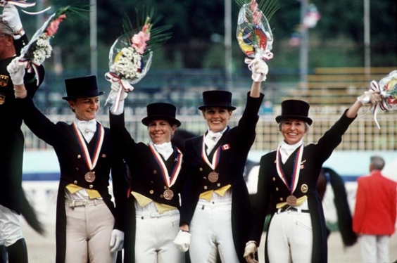 De gauche à droite, Gina Smith, Cindy Ishoy, Ashley Nicoll et Eva-Maria Pracht du Canada célèbrent leur médailles de bronze à l'épreuve du dressage aux Jeux olympiques de Séoul de 1988. (PC Photo/AOC)