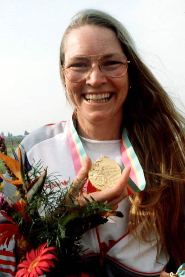 Linda Thom du Canada célèbre après avoir remporté une médaille d'or au tir aux Jeux olympiques de Los Angeles de 1984. (Photo PC/AOC)