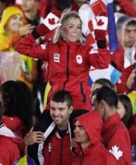 Une athlète sur les épaules d'un autre athlète