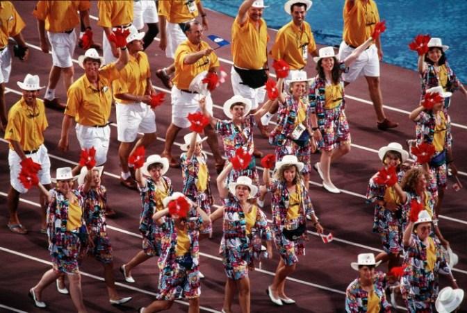 Les athlètes du Canada célèbrent durant les cérémonies d'ouverture des Jeux olympiques de Barcelone de 1992 (PC Photo/AOC)