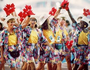 Les athletes olympique défilent lors des cérémonies d'ouverture des Jeux olympiques de Barcelone de 1992. (PC Photo/AOC/Claus Andersen)