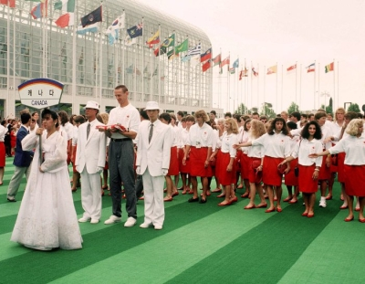 Romel Raffin (avec drapeau) et l'équipe olympique canadienne participent à la levée du drapeau canadien aux Jeux olympiques de Séoul de 1988. (Photo PC/AOC)