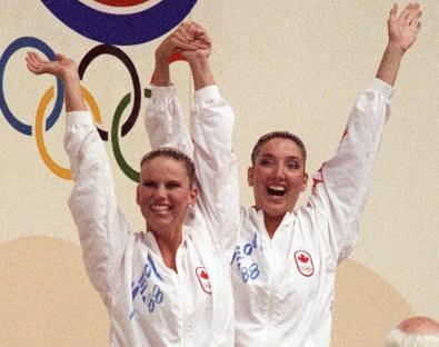 Deux femmes célèbrent sur un podium
