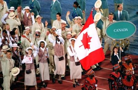 Charmaine Crooks du Canada porte le drapeau de la délégation canadienne lors des cérémonies d'ouverture des Jeux olympiques d'Atlanta de 1996. (PC Photo/AOC)
