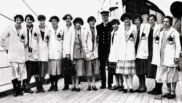 Des femmes posent sur un bateau avec un capitaine.