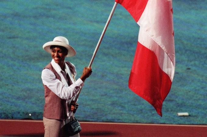 Charmaine Crooks porte le drapeau de la délégation canadienne lors de la cérémonie d'ouverture des Jeux olympiques d'Atlanta 1996. (PC Photo/AOC)