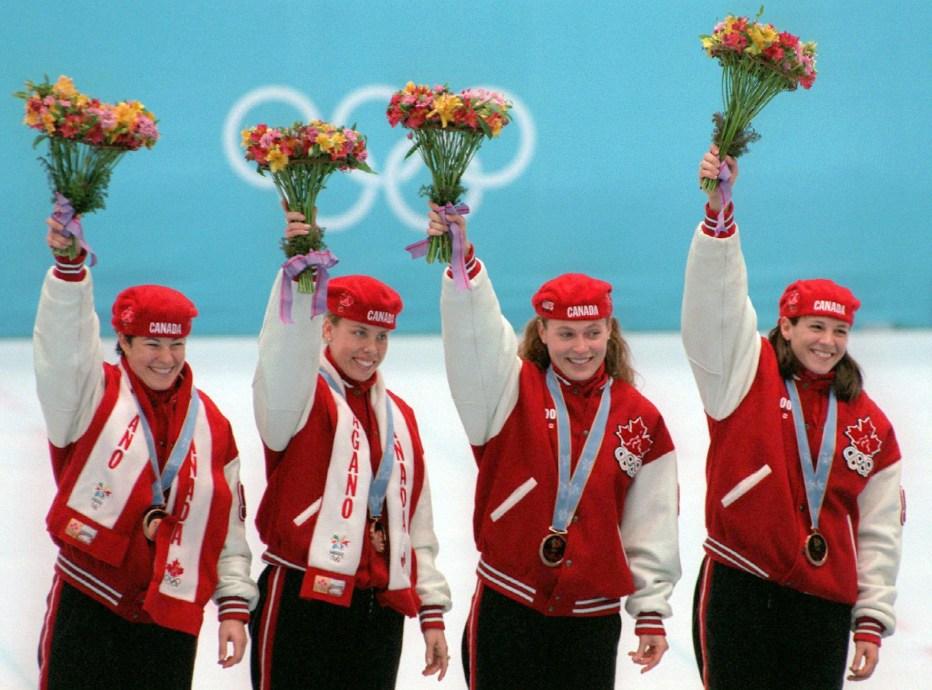 Annie Perreault (à gauche) et ses coéquipières Tania Vincent, Christine Boudrias et Isabelle Charest à la cérémonie des médailles des Jeux olympiques de Nagano où elles ont raflé le bronze.