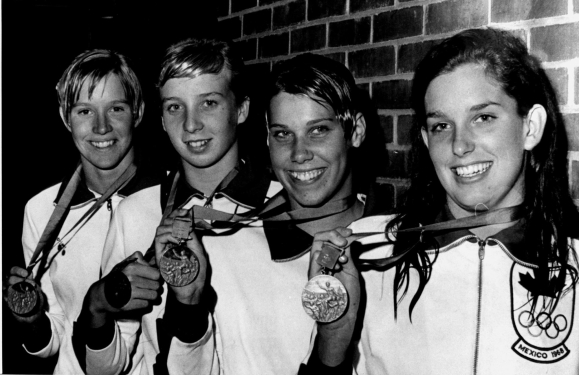 Des nageuses avec leurs médailles