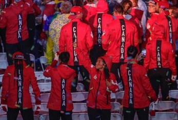Des athlètes défilent dans le stade lors de la cérémonie de clôture