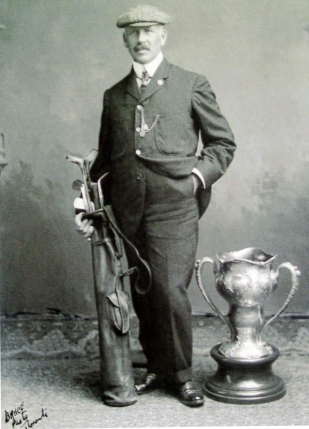 George Lyon pose avec le trophée du vainqueur des Jeux olympiques de 1904. (Photo: Lambton Golf and Country Club)