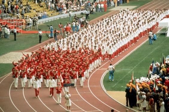 Les athlètes canadiens font leur entrée lors des cérémonies d'ouverture des Jeux olympiques de Montréal de 1976. (Photo PC/AOC)