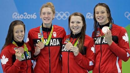 Quatre nageuses posent avec leurs médailles