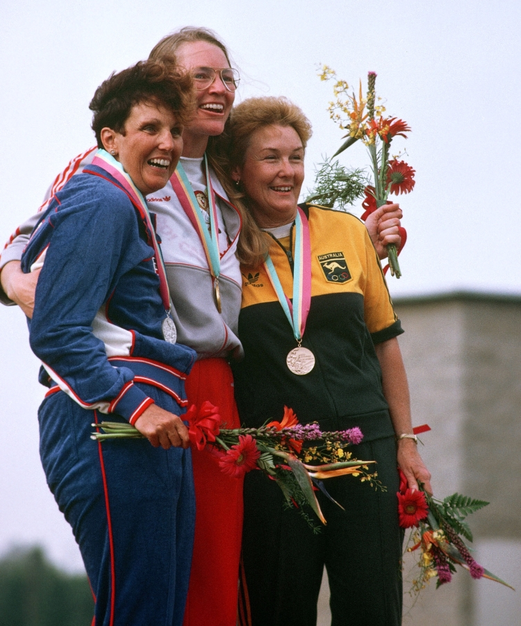 Linda Thom entourée de Ruby E. Fox (à gauche) et de Patricia Dench (à droite) à la remise des médailles de l'épreuve du tir aux Jeux olympiques de Los Angeles de 1984. (Photo PC/AOC)