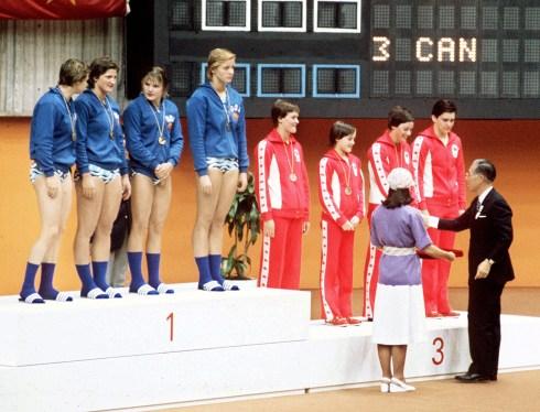 Robin Corsiglia (troisième à partir de la droite) célèbre après avoir remporté la médaille de bronze aux au relais féminin des Jeux olympiques de Montréal de 1976. (Photo PC/AOC)