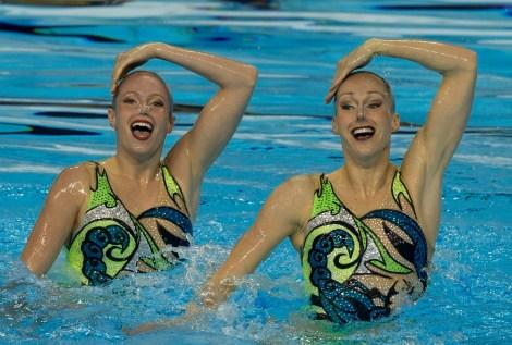 Jacqueline Simoneau (gauche) et Karine Thomas (droite) pendant leur routine libre qui leur aura valu l'or aux Jeux panaméricains de 2015. (AP Photo/Rebecca Blackwell)