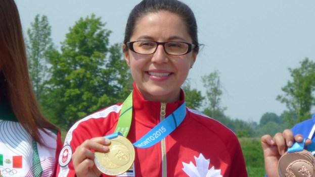 Lynda Kiejko et sa médaille d'or au 10m pistolet aux Jeux panaméricains de 2015, à Toronto, le 12 juillet 2015.