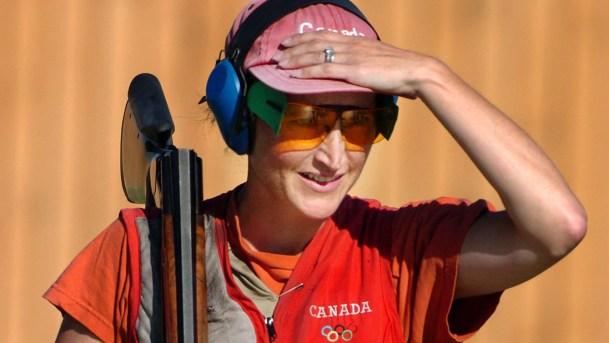 Cynthia Meyer lors de la compétition du tir à la fosse aux Jeux olympiques d'été à Athènes, en Grèce, le lundi 16 août 2004. (CP PHOTO / Adrian Wyld)
